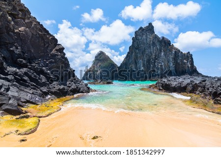 Beautiful view of Pigs Bay (Baia dos Porcos) and Two Brothers Hill (Morro Dois Irmãos) in Fernando de Noronha Island - Brazil Foto stock ©
