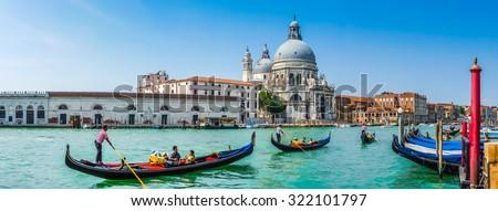 Beautiful view of traditional Gondolas on Canal Grande with historic Basilica di Santa Maria della Salute in the background on a sunny day in Venice, Italy Foto stock ©