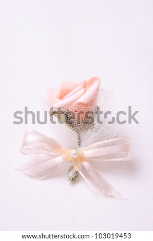 Beautiful wedding flower decoration for guests.
