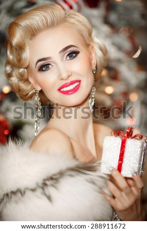 Beautiful woman gift box, beauty blonde girl with retro hairstyle and bright makeup smiling portrait, glamor model vogue style female face, glamour lady elegant blond woman, beauty and jewelry model