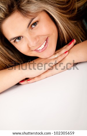 Beautiful woman portrait smiling ���� isolated over a white background