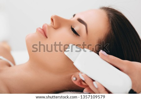 Beautiful woman receiving ultrasonic facial exfoliation at spa. Procedure clearing clogged pores, ultrasonic treatment for skin rejuvenation Stok fotoğraf ©