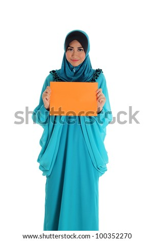 Beautiful young muslim woman pose and holding a blank paper