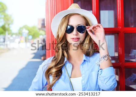 Beautiful young woman walking in the city. Europe, England. Vacation, tourist trip. #253413217
