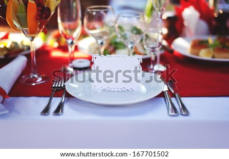 Beautifully decorated place at the table with the guest card