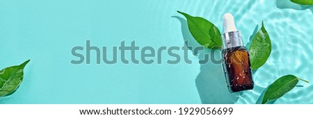 Beauty cosmetic lotion serum mockup bottle on water splash background. Treatment skincare concept. Banner format Foto d'archivio ©