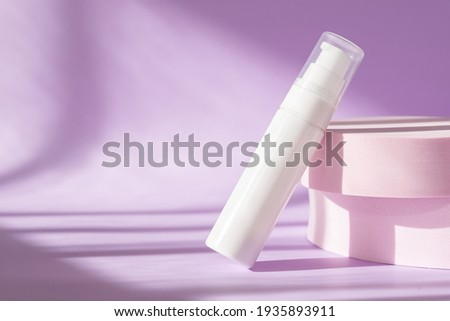 Beauty treatment medical skincare and cosmetic lotion cream serum oil mockup bottle packaging product on pink background. Modern product presentation with podium, sunlight, shadow with natural light. Foto stock ©