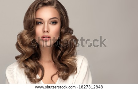 Beauty  woman in a white shirt with long  and   shiny wavy  hair .  Beautiful blonde   woman model with curly hairstyle . Foto stock ©