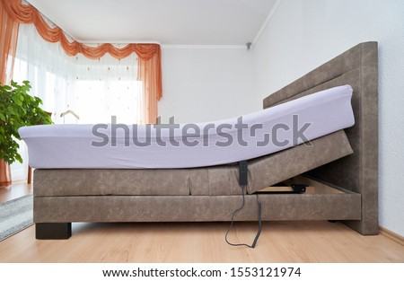Bed with tilt adjustment mattress bed in the bedroom of the house, comfortable mattress and sleep Foto stock ©