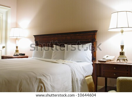 Bedroom with lamp king-size bed and four pillows