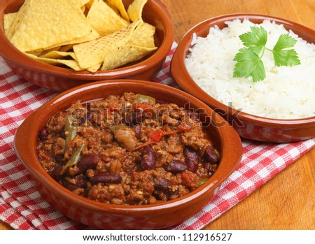 Beef chilli with rice and tortilla chips