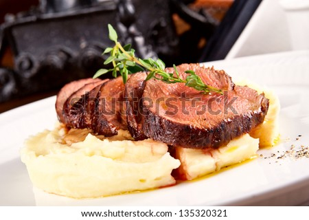 Beef with mashed potatoes