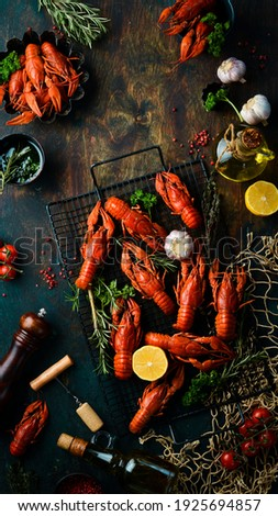 Beer party. Still life with crayfish crawfish on old wooden rustic background. Seafood. Top view. Flat lay. Foto stock ©