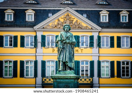 Beethoven Monument, outdoor bronze statue of Ludwig van Beethoven unveiled in 1845 on the 75th composer's birth aniversary on Münsterplatz in Bonn, North Rhine-Westphalia, Germany, vignetting effect Stockfoto ©