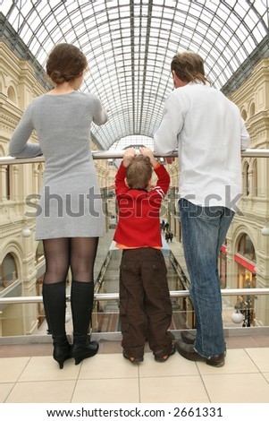 behind family with child in shop