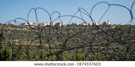 Beit Surik, Israel - December 3rd, 2020: The palestinian village Beit Surik, behind barbed wire, as seen from the israeli side of the fence. Zdjęcia stock ©