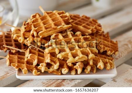 Belgian waffles. Belgian waffles with icing sugar. Freshly baked Belgian waffles. waffles. Foto stock ©