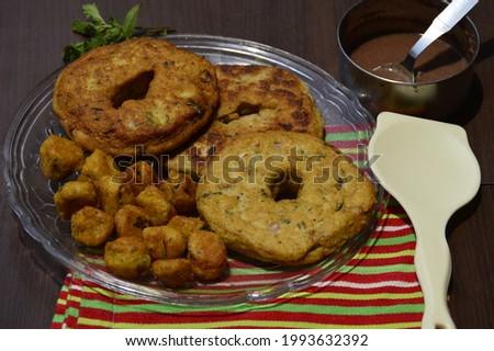 Bhalla and badi(pakodi)  made out of dhuli urad and moong dal served as snacks with chutney .selective focus. Zdjęcia stock ©