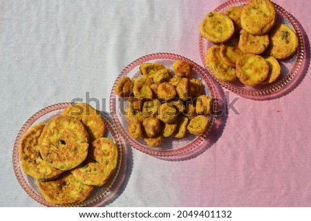 Bhalla,bada pakodi  badi are a popular snacks,deep fried urd and moong dal dumplings served  with delicious chutneys and pickle  .Almost in every festival and functions it is used as special dish. Zdjęcia stock ©