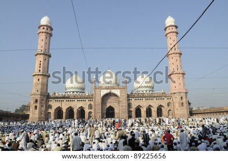 BHOPAL - NOVEMBER 16: People praying during the during the end of Ramadan  at  Taj-ul-Masajid on October 16, 2011 in Bhopal, India.