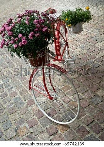 Bicycle like a flower pot .