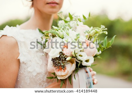 bide holding bouquet of roses, berries and eustoma #414189448
