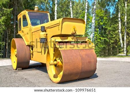 Big machine with its cylinder for smooth asphalt