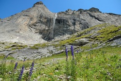 Big rockfaces, waterfalls and alpine meadows on the way down from the Glecksteinhütte.