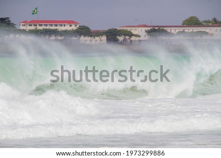 Big waves crashing on Copacabana beach during a big swell that hit the city em 2021. Zdjęcia stock ©