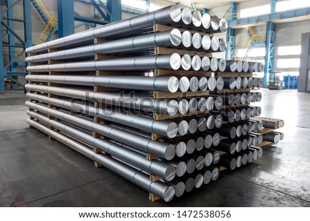 Billets of aluminium in the factory. The Hall–Heroult process produces aluminium with a purity of above 99%. Further purification can be done by the Hoopes process. Stockfoto ©