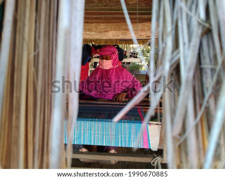 Bimanese woman is weaving cloth in Uma Lengge. Foto stock ©