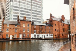 Birmingham Canal Navigations system adds 100 miles of canals, showcasing stunning scenery and architecture. Colourful boats and historic canal architecture sit side-by-side with vibrant restaurants.