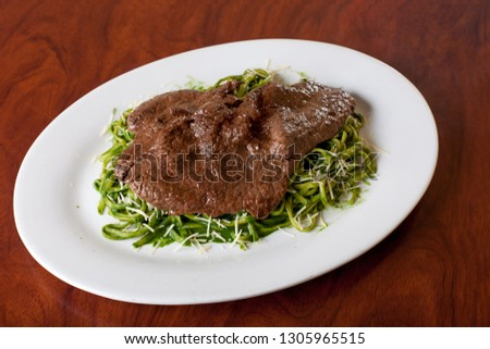 Bistec with green noodles. PERUVIAN FOOD Foto stock ©