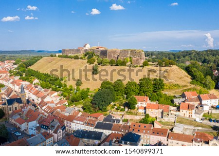 Bitche historical town center and star shaped bastions and outworks of hilltop Citadelle de Bitche, medieval fortress and stronghold near German border in Moselle department, Grand Est, France.  Stockfoto ©
