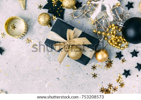 Black and gold Christmas decorations with gift box Zdjęcia stock ©