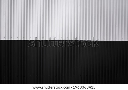 Black and white corrugated iron sheet used as a facade of a warehouse or factory. Texture of a seamless corrugated zinc sheet metal aluminum facade. Architecture. Metal texture. Foto stock ©
