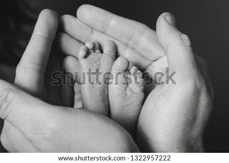 black and white newborn premature baby with parents mom and dads hands support Foto stock ©