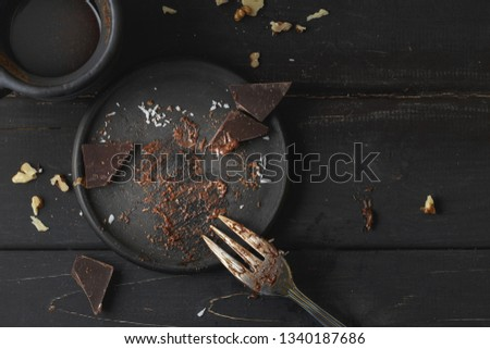 Black empty plate with cake leftovers from above on wooden background ストックフォト ©