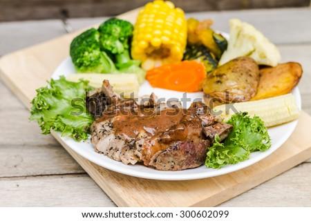 Black Pepper Steak with vegetable on wood table