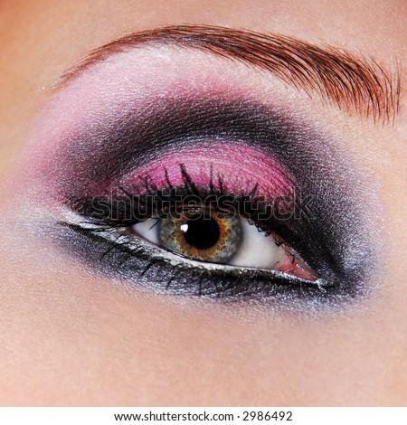 Красив грим Stock-photo-black-violet-make-up-of-eyes-green-eyes-macro-a-photo-of-an-eye-2986492