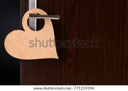 blank heart shape door sign hanging at door handle Foto stock ©
