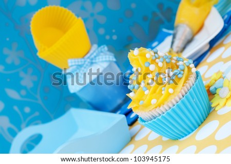 Blue and yellow cupcake setting with empty cups and a blue diner plateau