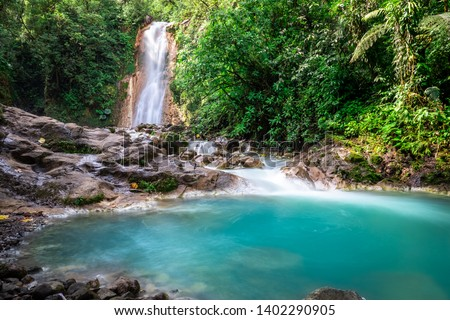 Blue falls of Costa Rica, natural landscape at Bajos del Toro close to the Catarata del Toro and San Jose. Photo taken at slow shutter speed and with ND filter. Smooth waterfall.  Foto stock ©