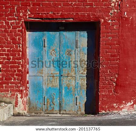 blue garage door in red purpure ...