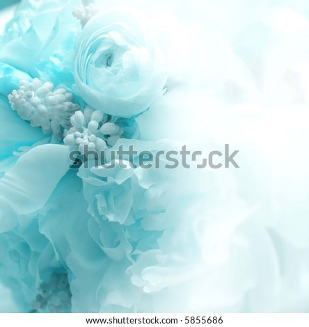 blue halftone Flower bouquet invitation with fade for writing