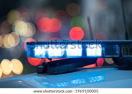 Blue lights on the roof of a police car with the background out of focus and lights with bokeh effect  Foto stock ©