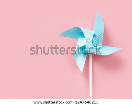 Blue paper pinweel on pink background. Energy ecological concept. Pastel minimalism Foto stock ©