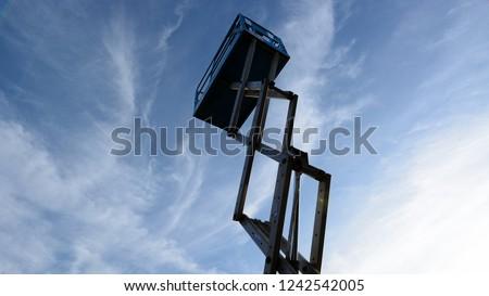 """blue scissor lift in the sky, model genie """"GS2646 Scherenarbeitsbühnen"""""""