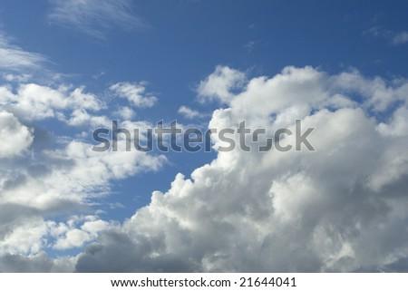 Blue sky fleeced with clouds