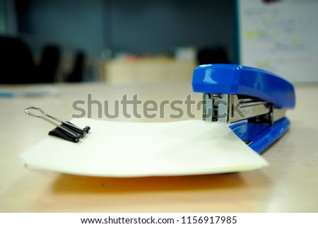 blue stapler and black paper clip Indicates different uses.